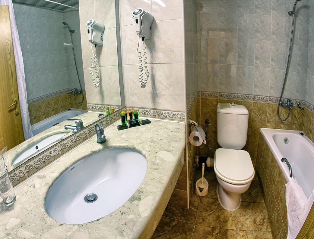 DBL standardBathroom bathtub